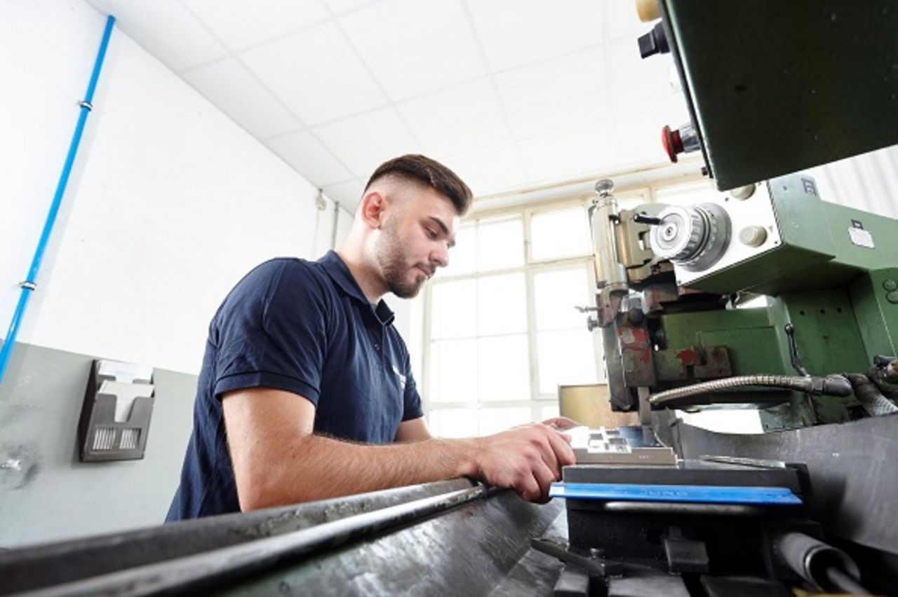 Mitarbeiter beim Profilschleifen an der Maschine